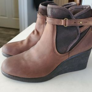 Offers welcomed Ugg Emalie size 5